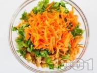 Здравословна салата с варен булгур, настъргани моркови и нахут от консерва